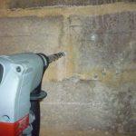 Construction d'un plancher en bois : faire le trou de fixation