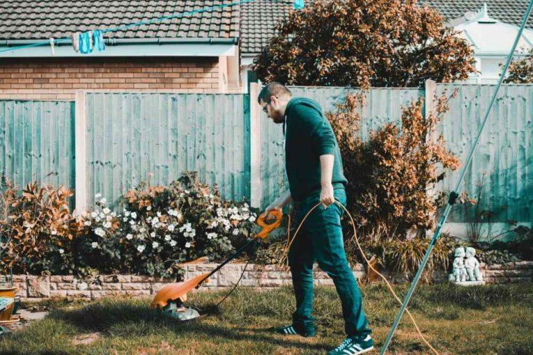 homme débrousailleuse jardin