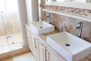Salle de bain avec une double vasque