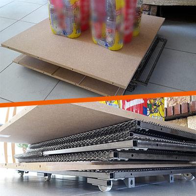 deux packs d'eau placés sur les étagères