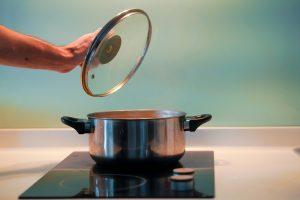 Eau cuisson pomme de terre pour enlever lichen
