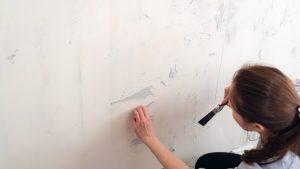 Enlever papier peint avec une spatule