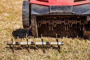 Scarificateur pour enlever la mousse de la pelouse